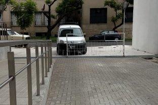 Siguen estacionando autos particulares en el ingreso de ambulancias del Cemafe