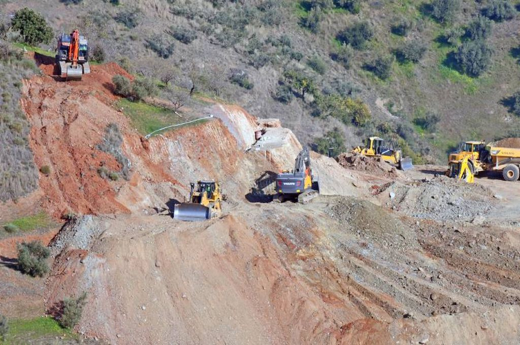 La inestabilidad del terreno complica el rescate del niño que cayó a un pozo en España