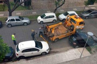 Era hora: la grúa se llevó a un auto que bloqueaba un ingreso al Cemafe  - La grúa se lleva el auto que tapaba uno de los accesos al Cemafe. -