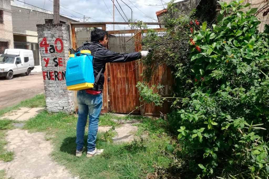 Personal del municipio realiza trabajos en el lugar que se detectó el caso <strong>Foto:</strong> El Litoral