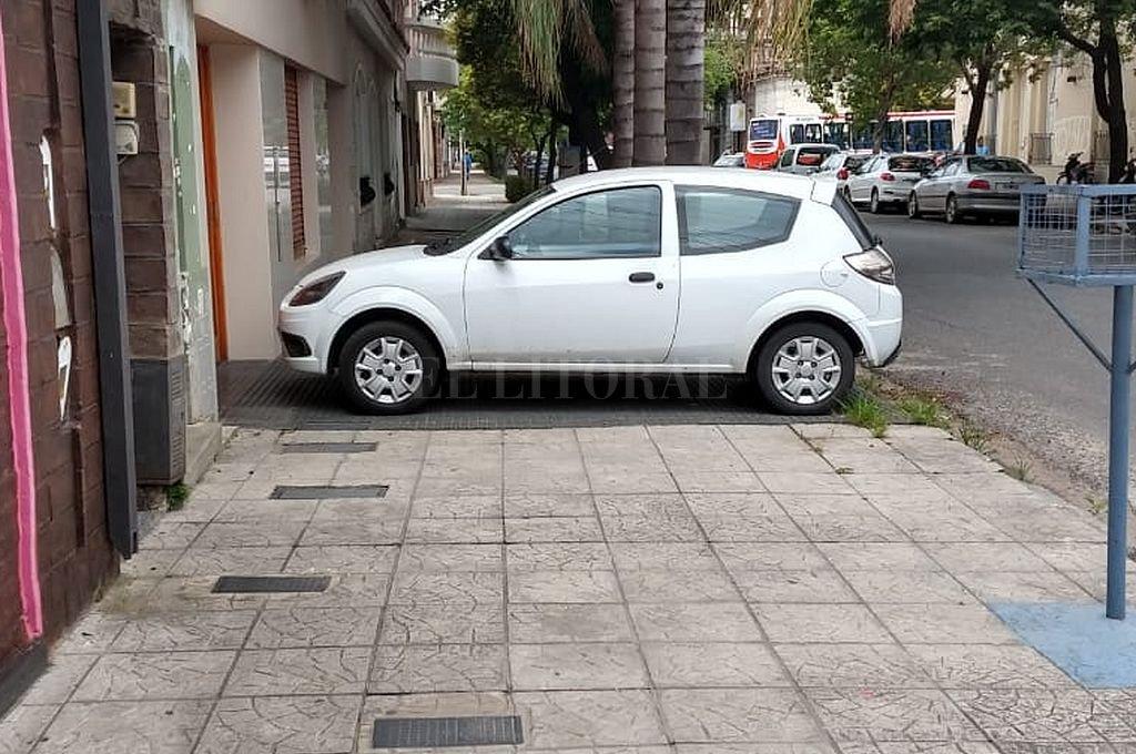 El auto a la vereda, el peatón a la calle