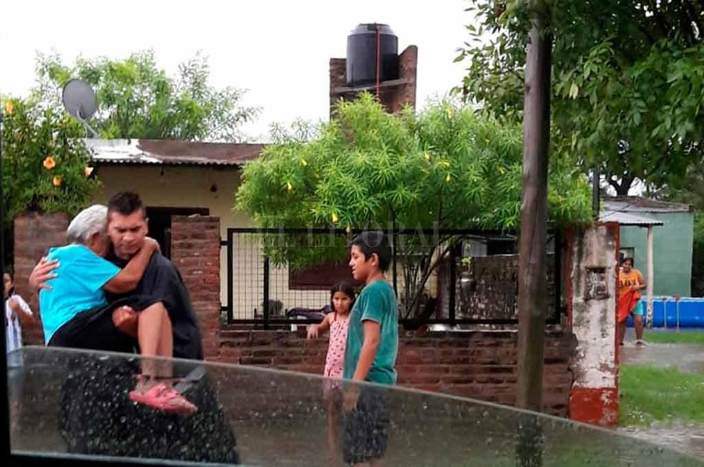 Los policías también se sumaron a la tarea de apoyo a la población civil en Villa Minetti, localidad que ayer empezó a normalizar su actividad. <strong>Foto:</strong> Gentileza