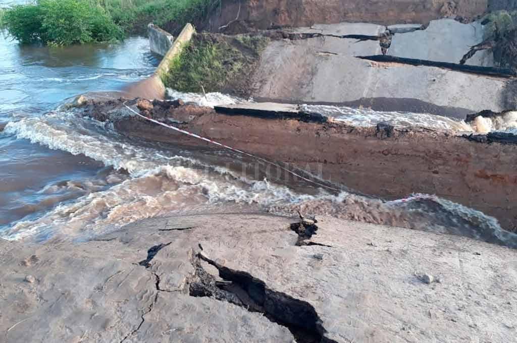 Corte total en la Ruta 1: se hundió el asfalto por el avance del agua -  -