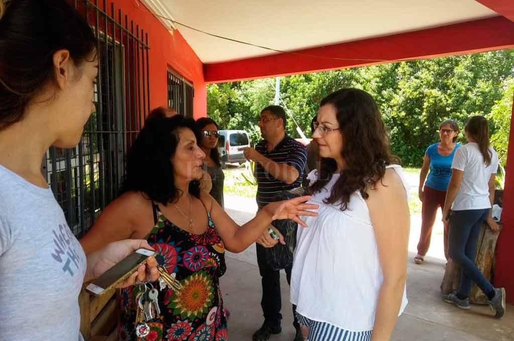 Alarmados. Vecinos autoconvocados de Adelina Oeste, se reunieron en la esquina de Frenguelli y 4 de Enero para contar los hechos delictivos que padecen cotidianamente.  <strong>Foto:</strong> El Litoral