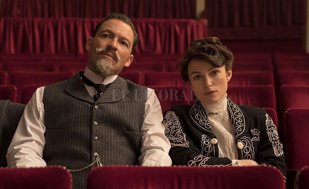 """Socios en discordia: Henry """"Willy"""" Gauthier-Villars (Dominic West) y Sidonie-Gabrielle Colette (Keira Knightley), en plena gloria con el personaje de Claudine. Crédito: Gentileza Lionsgate"""