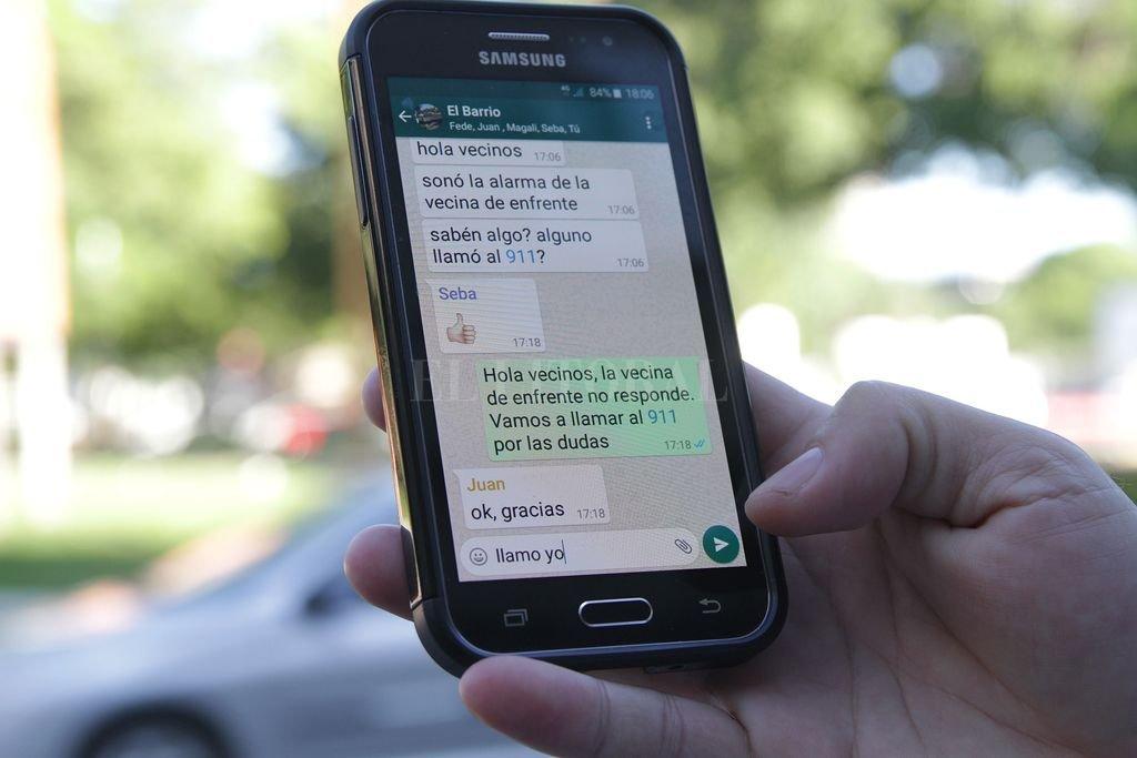 El grupo de WhatsApp, la táctica vecinal más usada para dar alertas - ¡Atención vecinos! La red de mensajería instantánea más popular del mundo puede ser —siempre y cuando se use correctamente— un instrumento muy valioso para dar alertas y preservar la seguridad en la cuadra. -