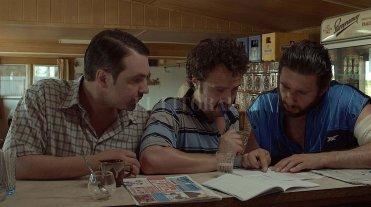 Cine en el Mercado Progreso  - Tres provincianos en situación de necesidad económica compran un boleto de lotería, que les traerá varias complicaciones. -