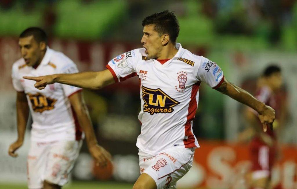 Los Brian no, Mendoza casi - Diego Mendoza, festejando un gol con la camiseta de Huracán -