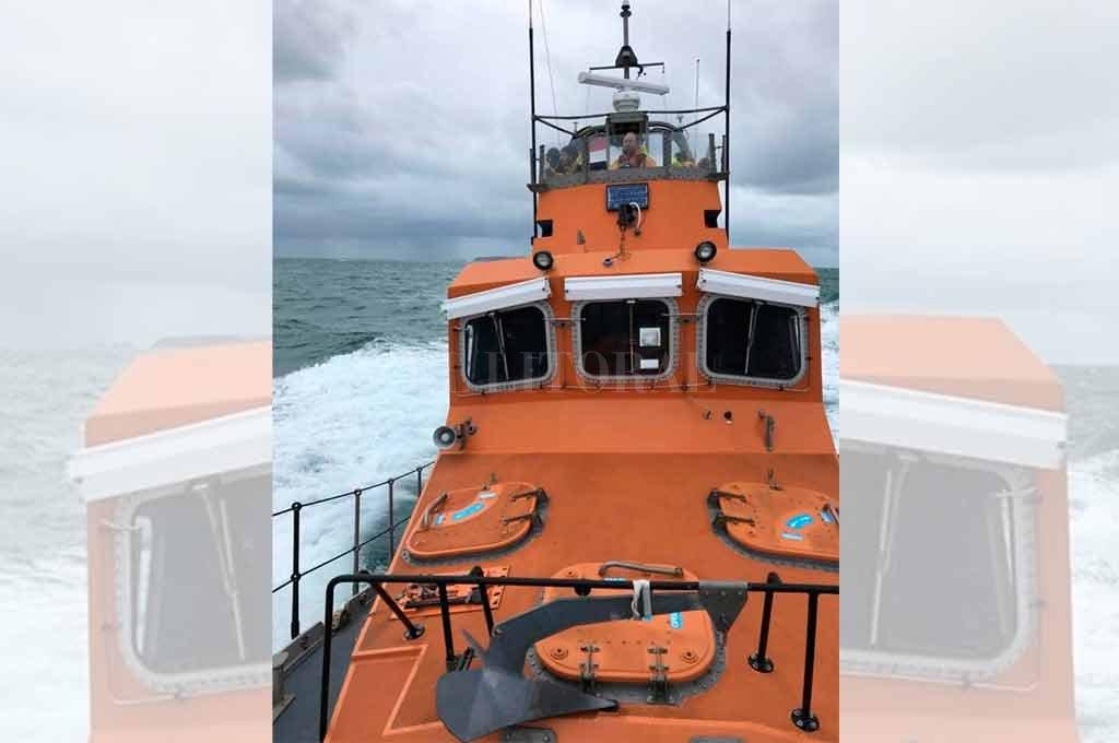 """""""No sabemos nada"""", aseguran familiares de Emiliano Sala - El buque de la policía de Guernsey que busca la aeronave en la que viajaba Sala -"""