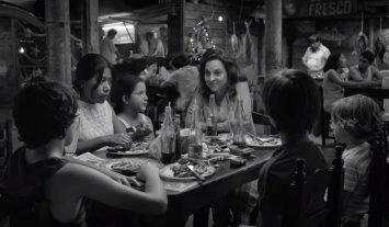 """Diez nominaciones al Oscar para """"Roma"""" - La debutante Yalitzia Aparicio (a la izquierda) y la experimentada Marina de Tavira (al centro) como la mucama Cleo y la señora Sofía, candidatas como Mejor Actriz y Mejor Actriz Secundaria. -"""