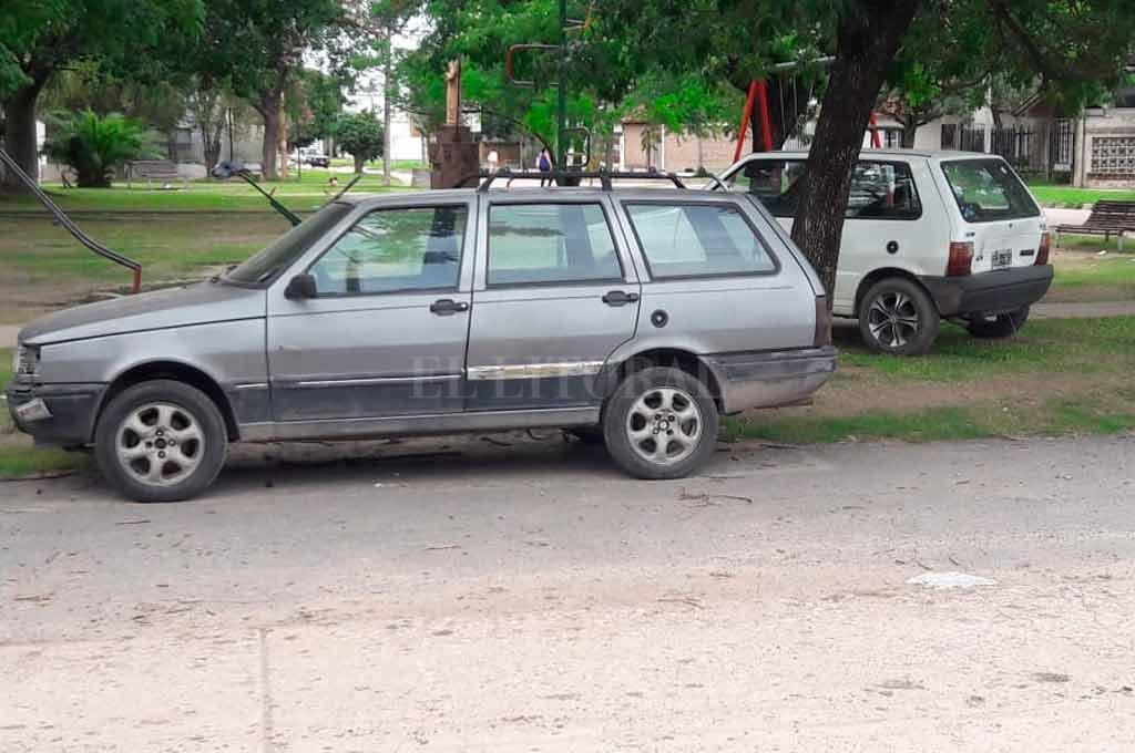 Vecinos de Santa Rita preocupados por dos autos abandonados