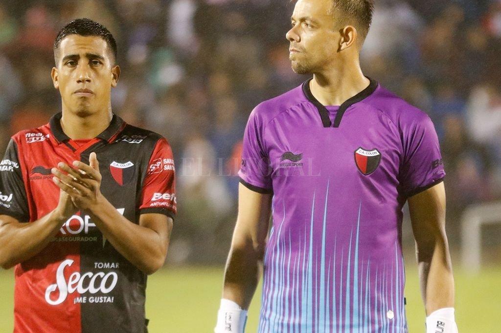 El defensor Franco Quiroz, junto al arquero Burián. <strong>Foto:</strong> Gentileza Nacional de Uruguay