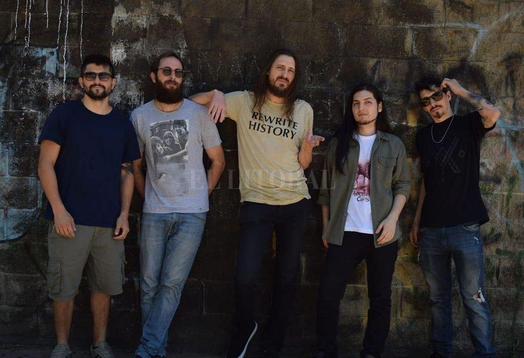 Súper Sopa es un nuevo proyecto integrado por Nico Bordón (bajo), Gabo Barukel (guitarra), Flaco Ferrero (voz), Fernando Gómez (guitarra) y Gugui Morana (batería). <strong>Foto:</strong> Gentileza producción