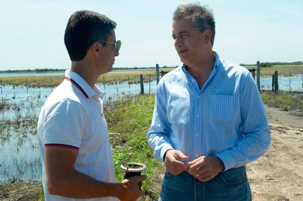 Etchevehere estuvo ayer en localidades afectadas por el agua en el litoral y mantuvo algunos encuentros con productores. En Santa Fe, bajó en Villa Minetti junto a Alicia Ciciliani. <strong>Foto:</strong> Secretaría de Agroindustria