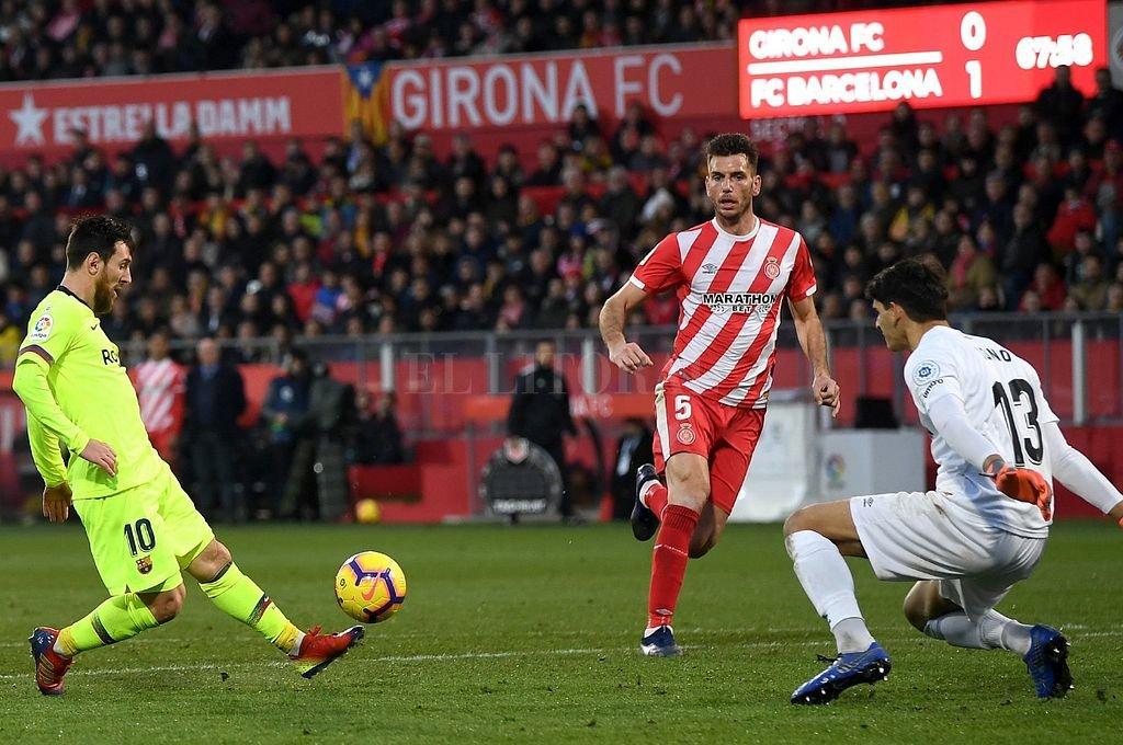 Definición de Messi en el mano a mano con el arquero de Girona. <strong>Foto:</strong> Captura digital