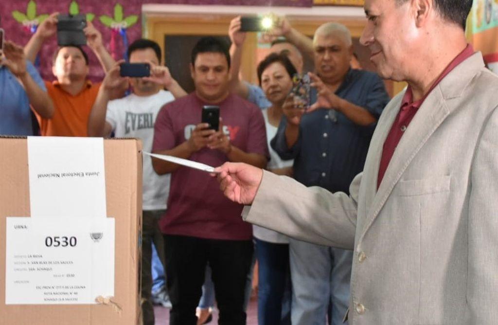 El gobernador Casas en el momento de emitir su voto. Hubo un largo silencio oficial luego de cerrado el comicio. <strong>Foto:</strong> Agencia