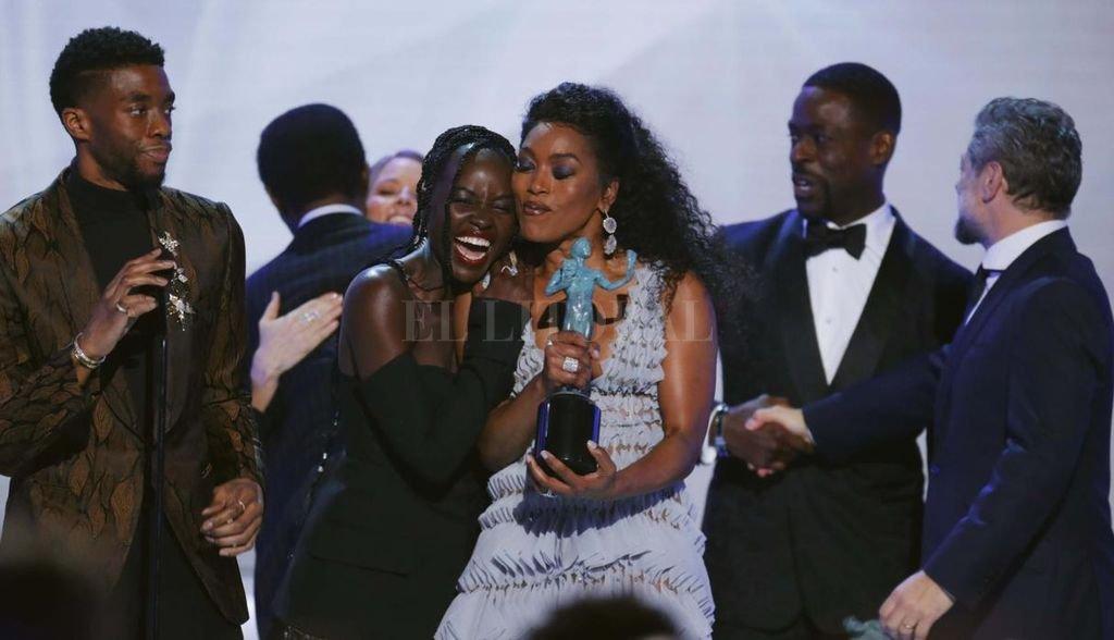 """El elenco de """"Black Panther"""", con su protagonista Chadwick Boseman a la izquierda, celebra el premio obtenido por un equipo casi exclusivamente afroamericano. Gentileza El Comercio"""