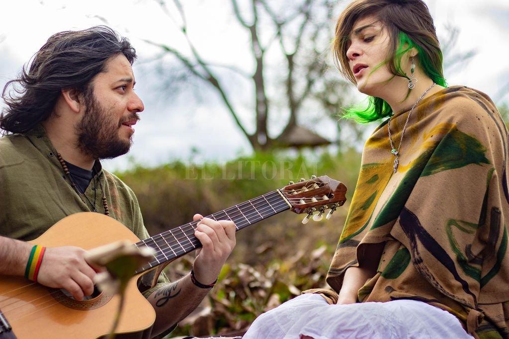 Nicolás López Soto (voz, guitarra y piano) y Magalí Coronel (en voz y sintetizadores) integran esta propuesta folclórica que fusiona bases electrónicas y sonidos de Arroyo Leyes. <strong>Foto:</strong> Gentileza Daiana Pividori