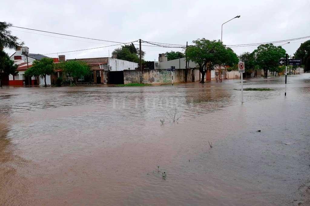 EL DRAMA DEL AGUA. Las abundantes lluvias afectaron, además de los campos, varios cascos urbanos, fundamentalmente del norte provincial. En la foto, la ciudad de Tostado hace apenas algunos días. Crédito: Mirador Provincial.