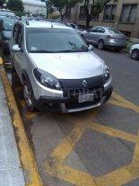 Otra vez un auto estacionado en el acceso de ambulancias del Cemafe