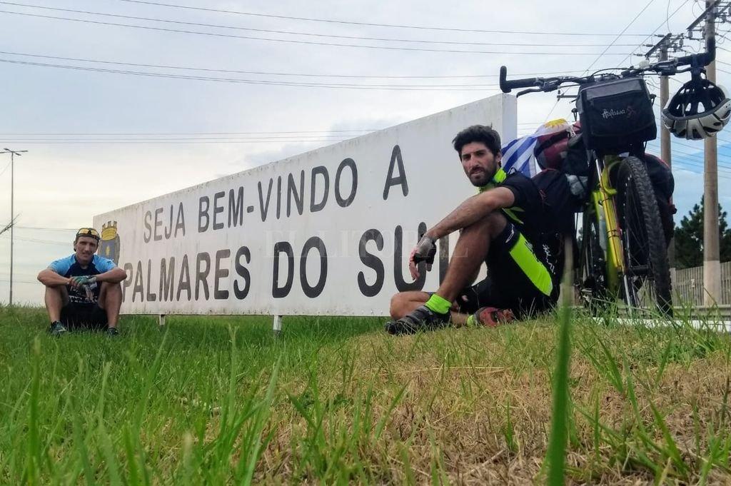 """aís """"carioca"""". Abbá y Ferretty, juntos en algún lugar de Brasil. La travesía, además de la experiencia dejada a sus protagonistas, intentó enviar un mensaje de hermanamiento entre tres naciones vecinas. <strong>Foto:</strong> Gentileza."""