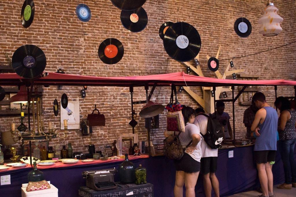 Se podrán recorrer también puestos de vinilos de época, libros usados, antigüedades y ropa vintage. Crédito: Gentileza Municipalidad de Santa Fe