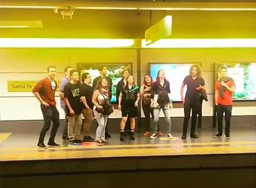 El grupo, en una captura del video, elegida por los fans de Roxette para la publicación replicada por las redes oficiales del grupo y del cantante y guitarrista Per Gessle. Gentileza Coral Gloriana