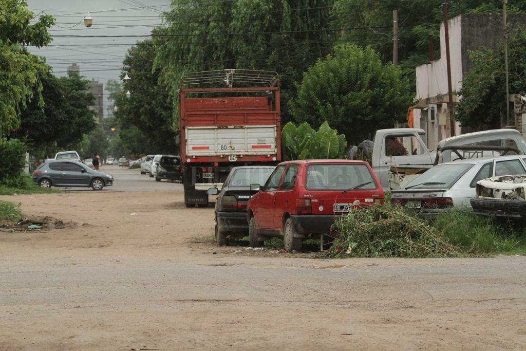 Ciudadela Norte. Al mal estado de las calles y los yuyos altos, se suma la no colaboración de vecinos arrojando residuos y chatarras.  Crédito: Mauricio Garín