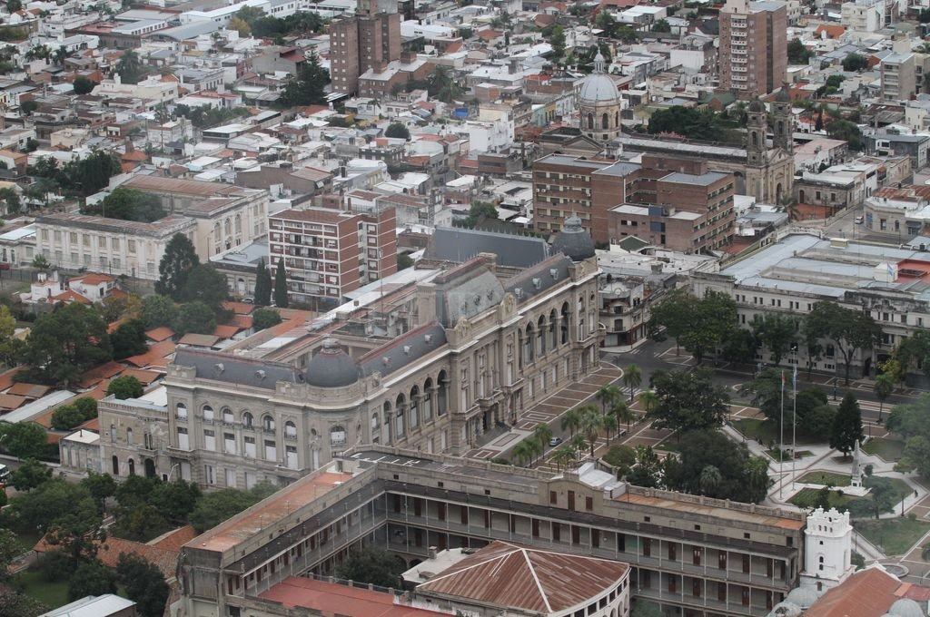 Calle 3 de Febrero. Casa de Gobierno, Tribunales y Colegio de la Inmaculada.  <strong>Foto:</strong> Manuel Fabatía