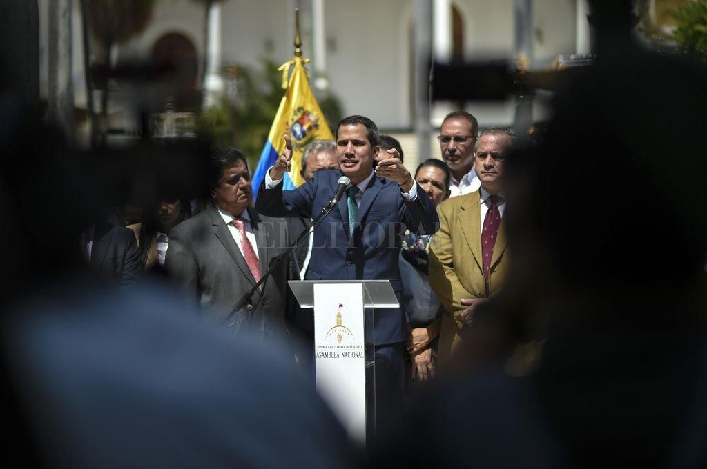 Juan Guaido habló ante la prensa y acusó al presidente Maduro de intentar transferir ilícitamente dinero de las arcas públicas. Crédito: Télam