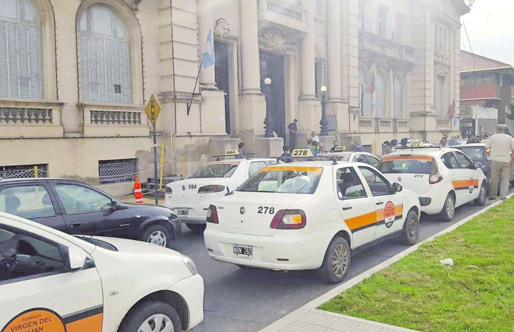 Unidos por la causa. Remiseros y taxistas de Santa Fe y Santo Tomé se concentraron en el Ministerio de Seguridad para pedir más seguridad.  <strong>Foto:</strong> El Litoral