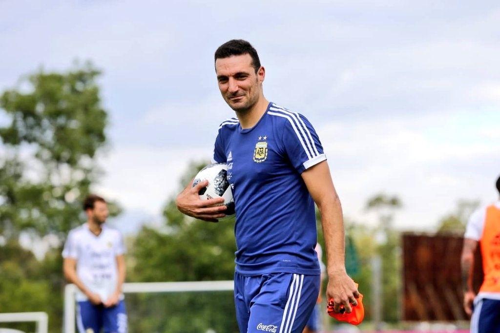 Aunque intente disimularlo, Scaloni se relame con el posible regreso de Messi a la Selección. <strong>Foto:</strong> Archivo