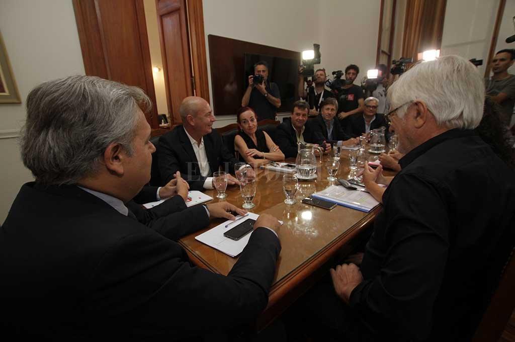 Gremios estatales comenzaron a discutir con funcionarios provinciales la política salarial 2019. Crédito: Mauricio Garín.