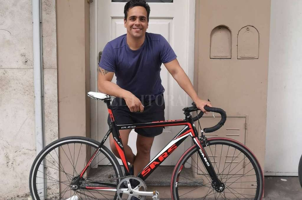 Joaquín Azcurrain (Proyecto CicloCiudad) y su bicicleta Sars Elite estilo fixie recuperada tras un robo. Crédito: Gentileza