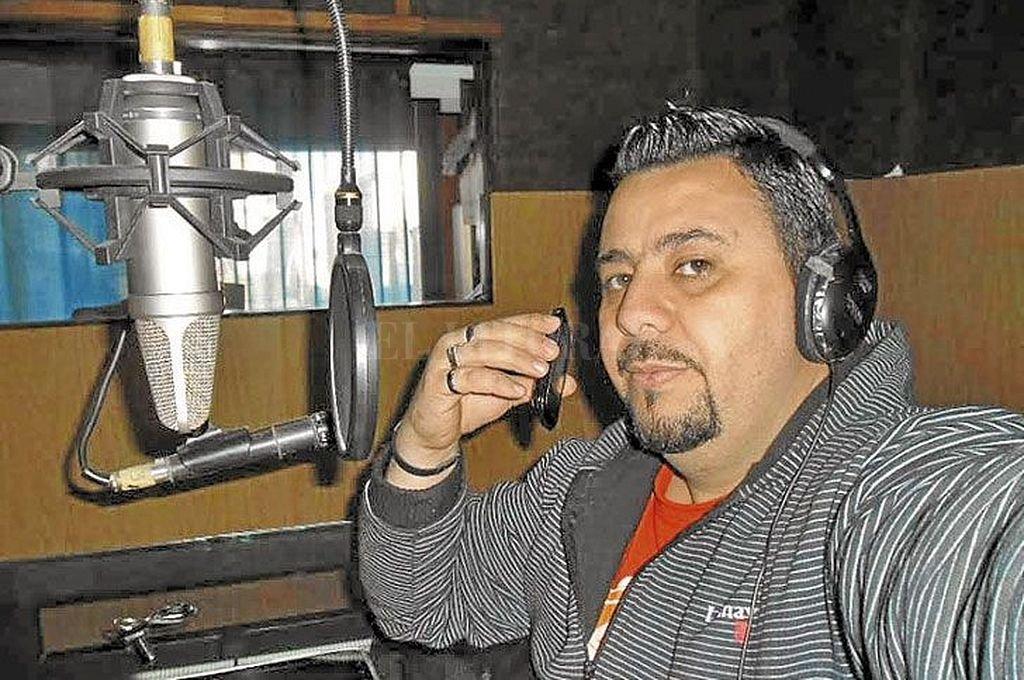 Luis Marcelo Escobar durante el programa de radio que tenía en San Nicolás. <strong>Foto:</strong> Captura digital / Perfil