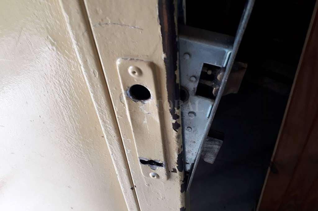 Barreteada. Los ladrones forzaron la cerradura principal y se llevaron un freezer, ventiladores industriales y otros elementos fundamentales para el funcionamiento de la vecinal. <strong>Foto:</strong> Gentileza