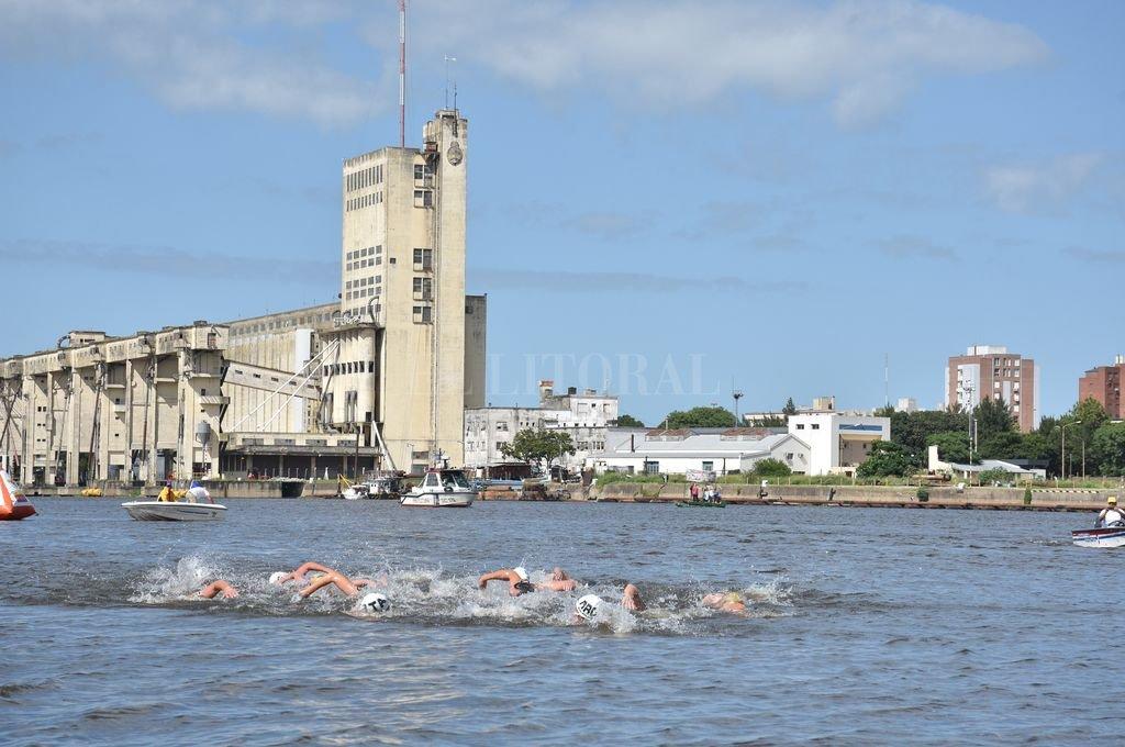 En esta edición, los nadadores no salieron del circuito armado en Puerto de Santa Fe. Crédito: Flavio Raina