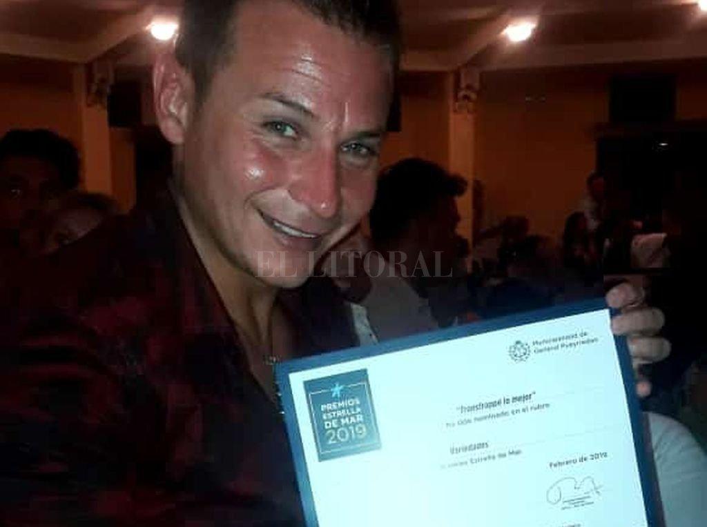 """El artista en la entrega de diplomas: la troupe de Transfrappé fue nominada en Variedades por el espectáculo """"Queens"""". Crédito: Gentileza del artista"""