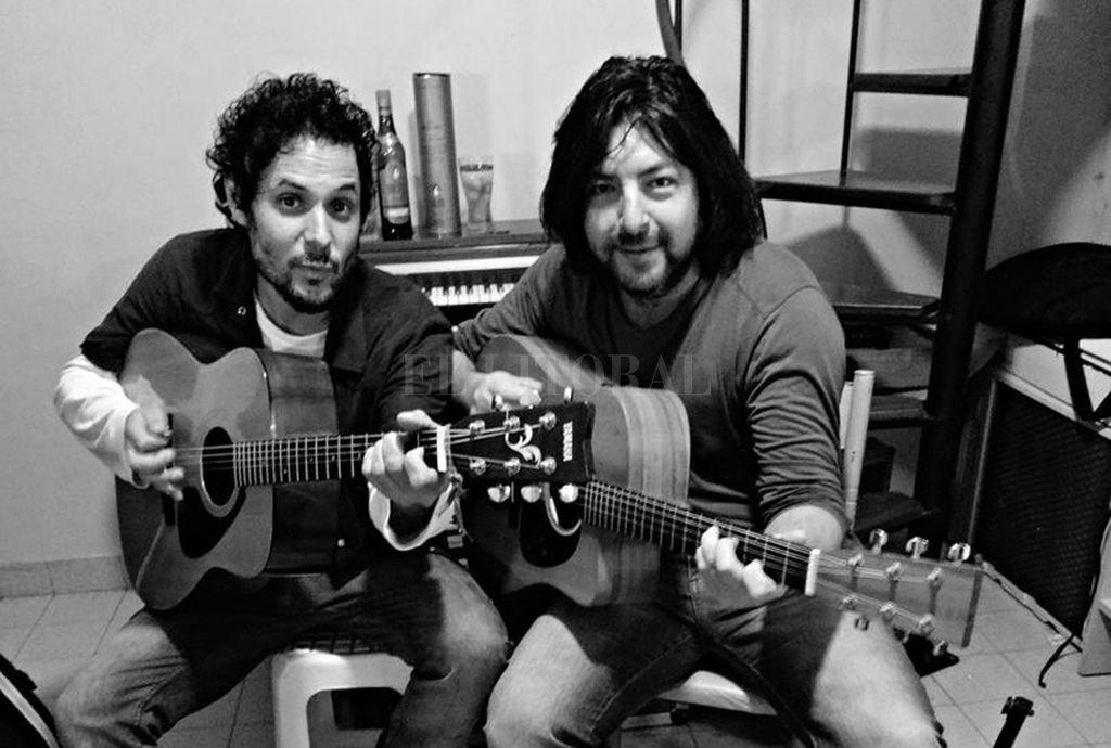 """Cristian """"Matt Hungo"""" Deicas (guitarra) y Camilo Hormaeche (guitarra y voz) conforman Brindisi, un dúo de versiones acústicas de rock clásico. <strong>Foto:</strong> Gentileza producción"""