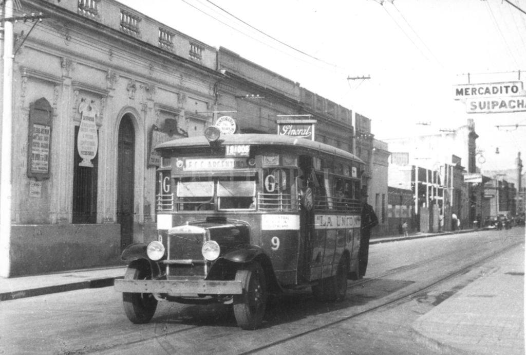 """Postal emblemática. El registro gráfico muestra un colectivo de la Línea """"G"""" transitando por calle Suipacha (circa 1950). <strong>Foto:</strong> Archivo El Litoral"""