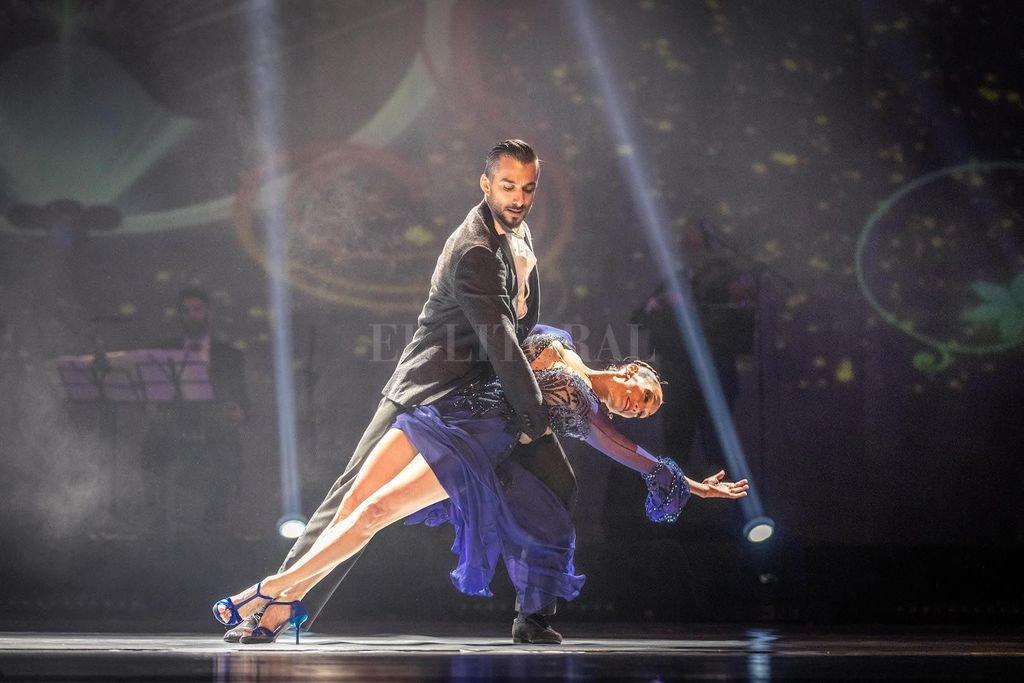 Mora Godoy hace la mejor acrobacia tanguera, la que más gusta. Su versión de Tango Espectáculo es la que finalmente servirá para que digan esto es el tango, señores. Crédito: Gentileza We Prensa