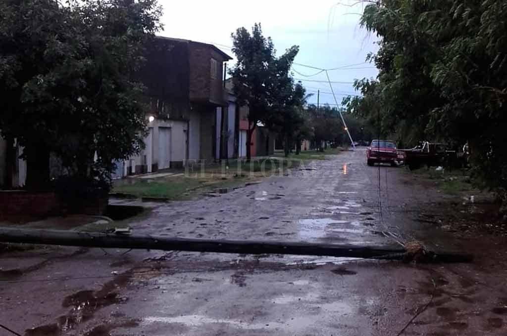 El poste caído en barrio San Martín. Los vecinos hicieron varios reclamos y no fueron escuchados <strong>Foto:</strong> Periodismo Ciudadano / WhatsApp