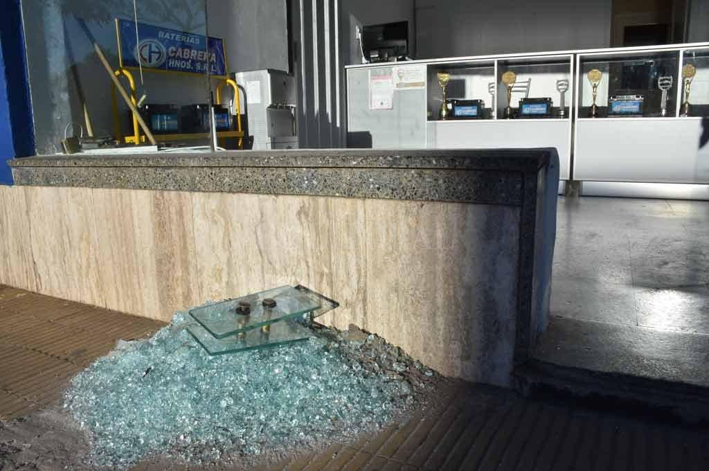Se repite la imagen. Ladrones rompen el blindex de un comercio y sustraen elementos del interior.  Crédito: Flavio Raina