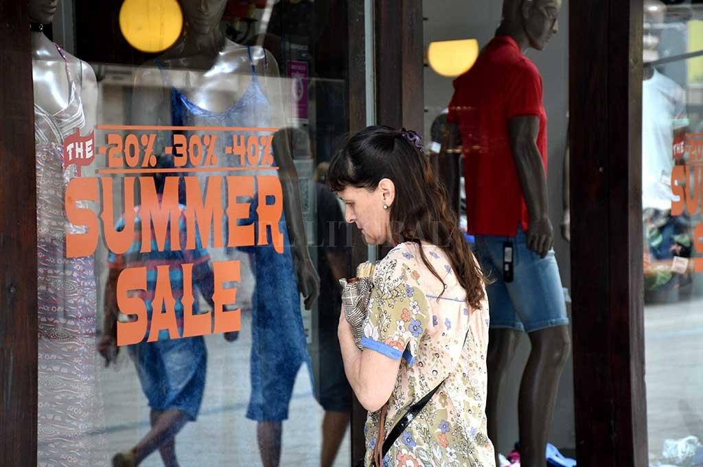 Hay menos movimiento en la peatonal y los clientes se concentran en las ofertas y promociones. Crédito: Flavio Raina.