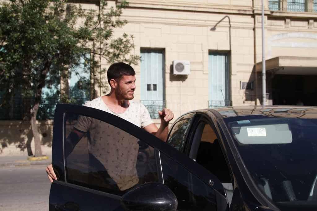 Ortíz, uno de los afectados al momento de salir del Cullen, luego de los análisis clínicos.  Crédito: Pablo Aguirre