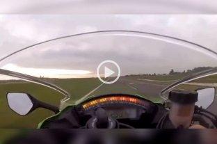 Video: Se filmó circulando en moto a 300 km/h en la autopista Rosario-Córdoba