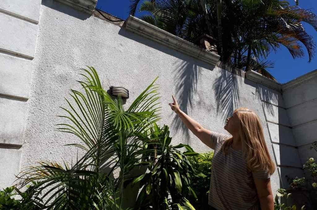 Sandra, la dueña de casa, señala el sector por donde se cayó el malviviente. <strong>Foto:</strong> Danilo Chiapello