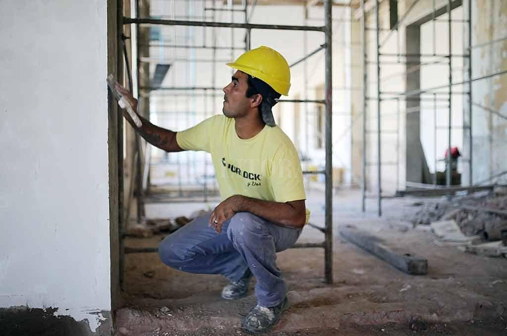 En obra. En este momento se están realizando tareas de reparación de paredes, cielorraso, arenado, entre otros trabajos. También se recuperaron las ventanas originales y se cambiaron los vidrios. <strong>Foto:</strong> Gentileza