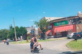 Haciendo equilibrio mientras viaja en moto por la Av. López y Planes