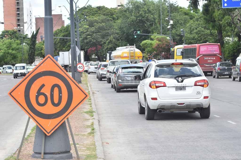 Empieza la cola. A la altura del Cemafe, los autos comienzan a amontonarse en los momentos de mucho tránsito, como el mediodía o el final de la tarde. Crédito: Flavio Raina